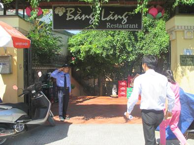 Nhà hàng Bằng Lăng là một trong những nhà hàng sang trọng tại khu biệt thự cổ của Cộng Hòa Pháp tại Hồ Tây. Nơi đây hàng ngày đón hàng trăm lượt khách du lịch từ khắp các quốc gia trên thế giới tới thưởng ngoạn và tận hưởng văn hóa ẩm thực do các vua đầu bếp tài hoa của Việt Nam chế biến.