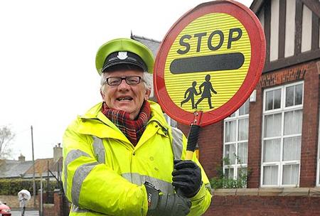Việc làm nhỏ nhưng đóng góp mới.  Ông Bruce Berry, 72 tuổi, hiện đang là nhân viên bảo vệ của trường tiểu học Crofton tại Sharlston, West Yorks, Anh. Mặc dù làm một nghề hết sức bình thường, tuy nhiên, trình độ học vấn của ông Bruce lại khiến tất cả mọi người nể phục.