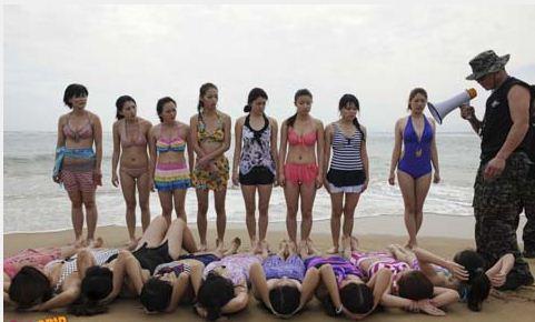 Hàng ngày tại bờ biển Hải Nam Trung Quốc, 20 cô gái được tập luyện để bước đi trên con đường bảo vệ chuyên nghiệp bởi các bảo vệ chuyên nghiệp. Những người phụ nữ này, hầu hết đã tốt nghiệp đại học, bị đá, bị dìm xuống nước gần như chết đuối và phải cùng nhau vác khúc gỗ nặng trên vai tại trại huấn luyện do những vệ sỹ chuyên nghiệp điều hành.